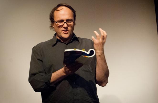 El histriónico Roger Koza, programador del FICUNAM.
