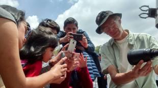 Arturo Aguilar explicando qué se ve a través de su telescopio. Foto: José Antonio Monterrosas Figueiras