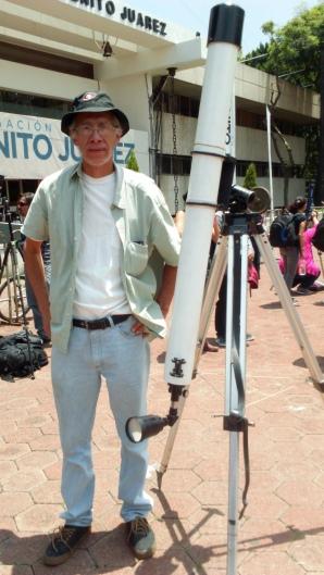 Arturo con su telescopio construido por él mismo. Foto: José Antonio Monterrosas Figueiras