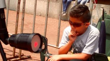 El nieto de Arturo con su telescopio. Foto: José Antonio Monterrosas Figueiras